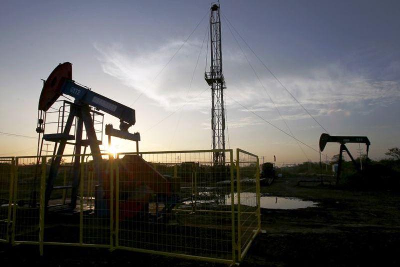 Нефть продолжает стремительно дешеветь - фото