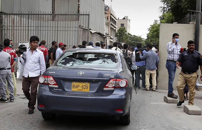 В Пакистане террористы атаковали здание фондовой биржи - Фото