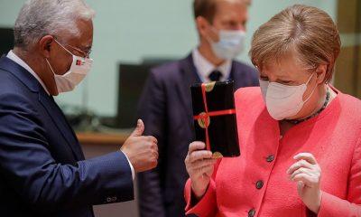 На саммите ЕС другие главы государств поздравили Меркель с днем рождения - Фото