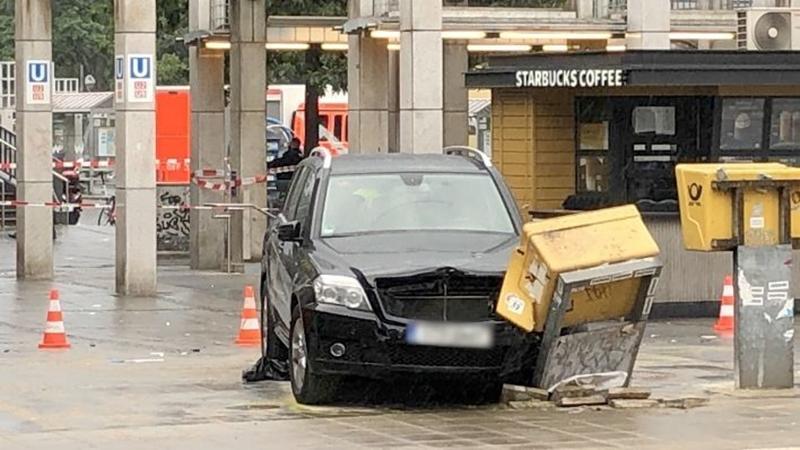 Автомобиль совершил наезд на группу пешеходов в Берлине - Фото