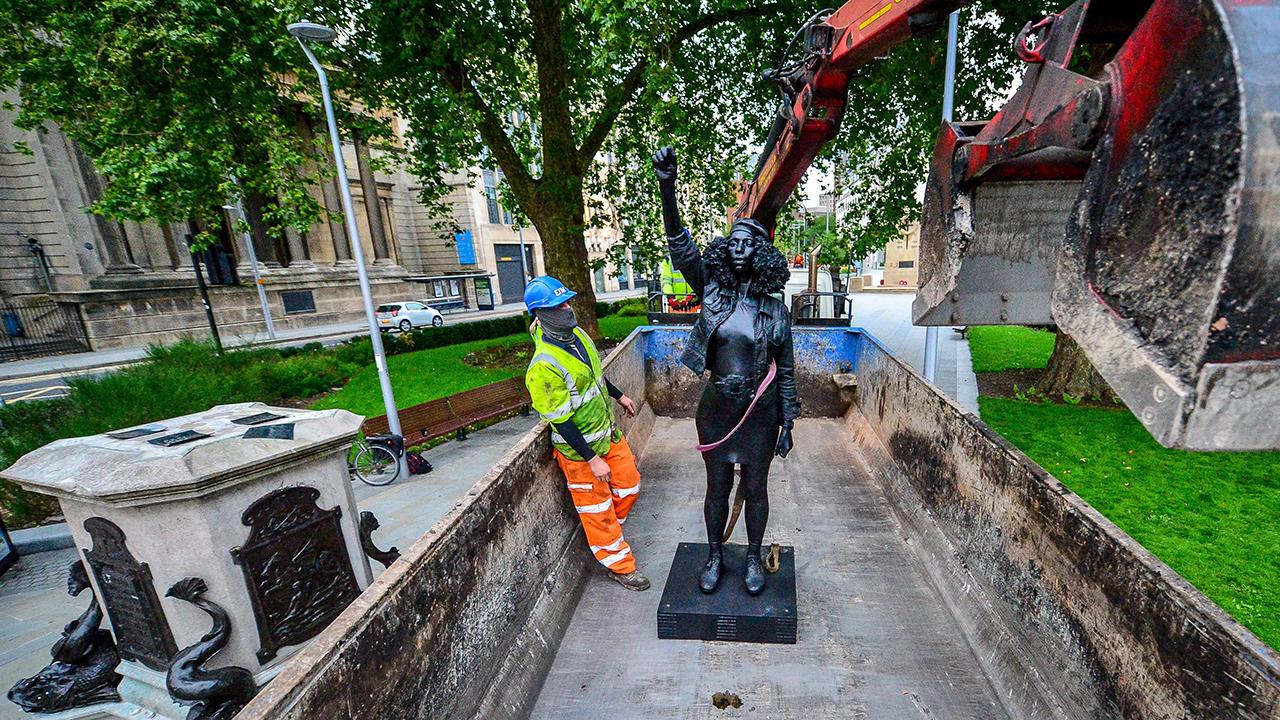 В Бристоле была демонтирована скульптура Black lives matter - Фото