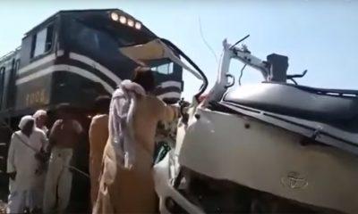 В Пакистане поезд протаранил на переезде автобус с паломниками - Фото