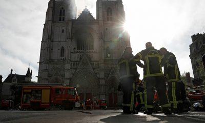 Во Франции загорелся собор Святых Петра и Павла XV века - Фото