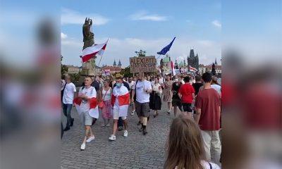 Сотни человек вышли на акцию солидарности с Беларусью в Праге - Фото
