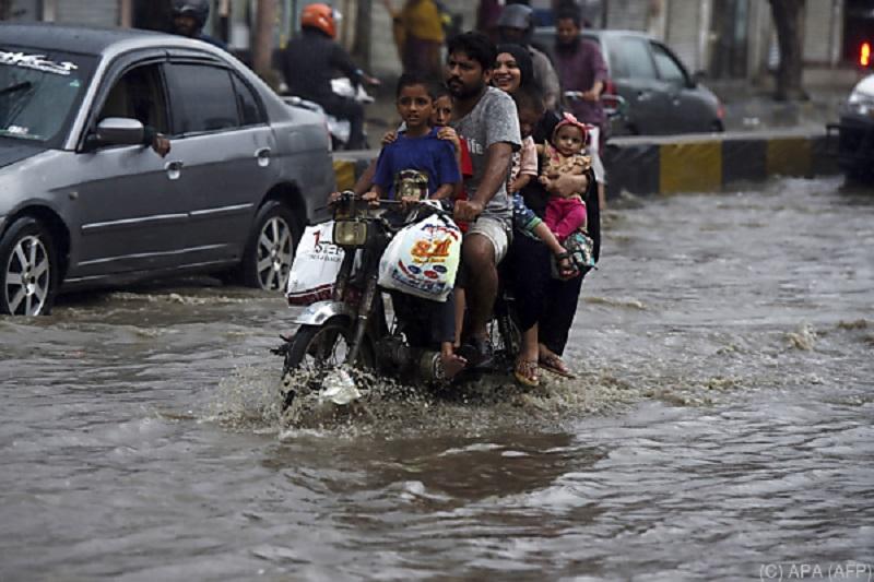 В Пакистане не менее 13 человек погибли из-за проливных дождей - Фото