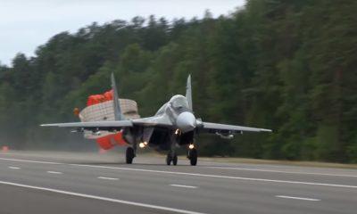 Белорусские летчики посадили на трассу М1 военные самолеты - Фото