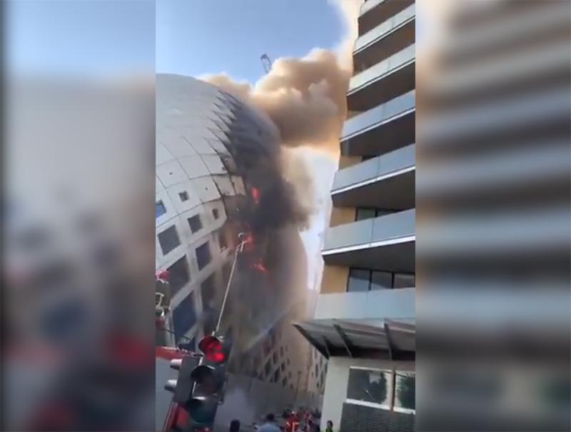 Крупный пожар вспыхнул возле входа ТЦ в Бейруте - Фото