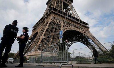 Неизвестный сообщил о минировании Эйфелевой башни - Фото
