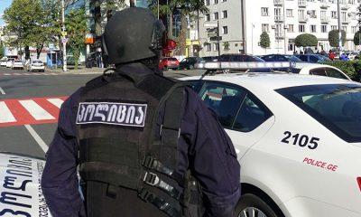 В Грузии вооруженный мужчина захватил заложников в банке и потребовал $500 тысяч - Фото