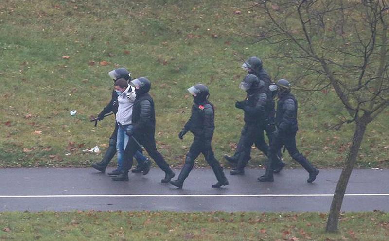 Более 240 человек было задержано на акциях протеста в Беларуси 22 ноября - Фото