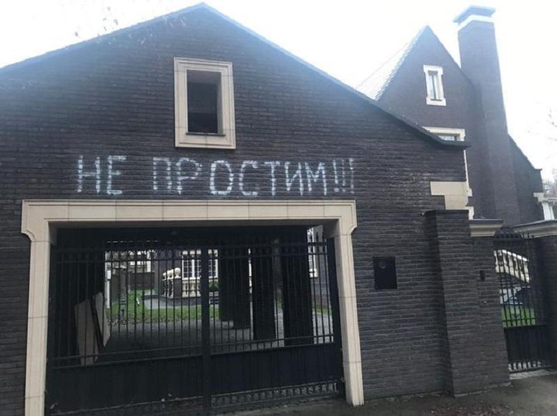 У дома, предположительно, семьи Дмитрия Баскова сделали надпись «Не простим» - Фото