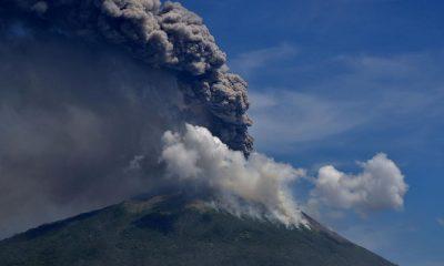 В Индонезии тысячи человек эвакуированы в связи с извержением вулкана - Фото