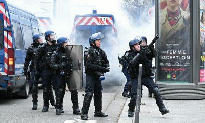 В Париже полиция применила слезоточивый газ на акции протеста - Фото