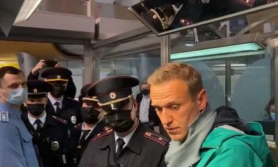 Алексей Навальный был задержан в аэропорту по возвращении в Россию - Фото