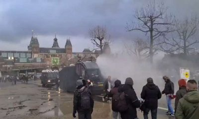 В Амстердаме полиция применила водометы для разгона акции протеста - Фото
