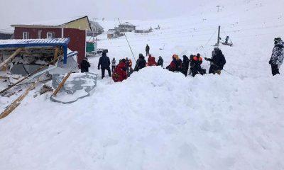 На горнолыжный курорт Домбай сошла лавина, под завалами могут находиться до 12 человек - Фото