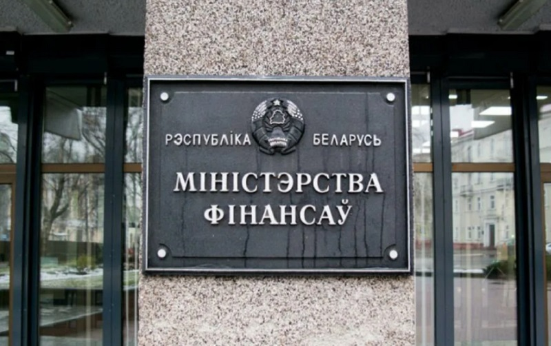 Минфин Беларуси ответил на требование граждан сократить зарплаты чиновников - Фото