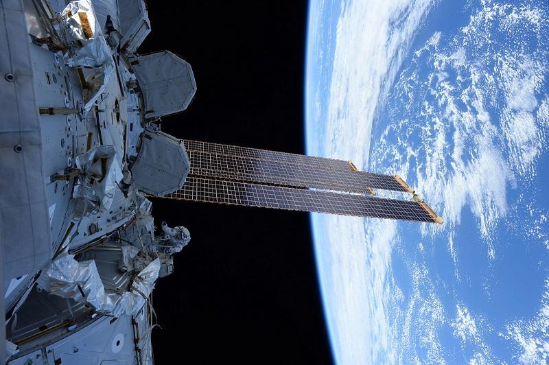 Новый материал для защиты космонавтов от радиации испытают на МКС - Фото