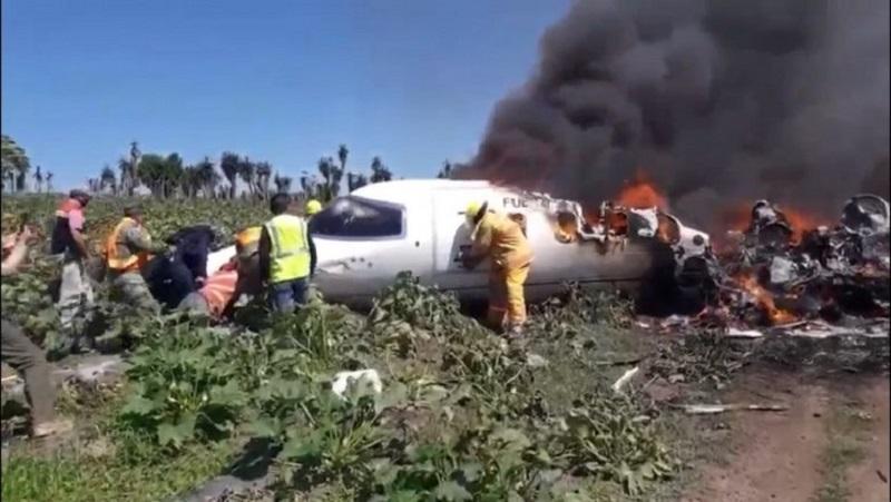 Семь человек погибли в результате крушения самолета в Мексике - Фото