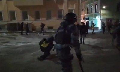 Росгвардия проверит действия ОМОНавца, ударившего оператора на акции в Москве - Фото