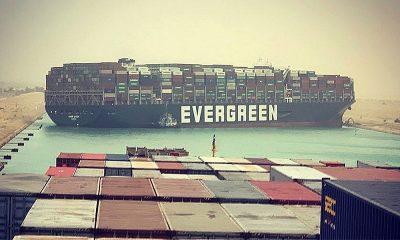 Гигантский контейнеровоз сел на мель и заблокировал Суэцкий канал - Фото