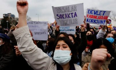 Тысячи людей вышли на улицы Стамбула после того, как Турция вышла из конвенции по защите женщин - Фото