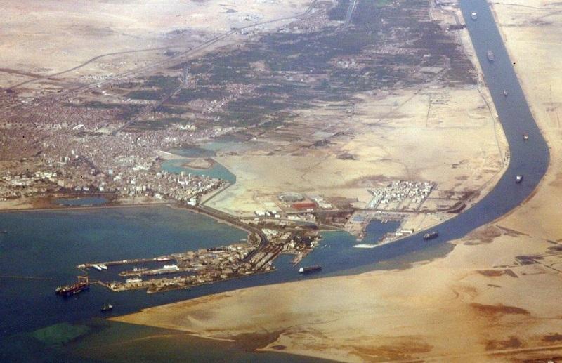 В Суэцком канале на мель сел еще один танкер - Фото