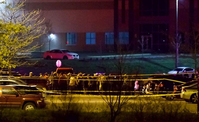 Восемь человек погибли в результате стрельбы в здании FedEx в Индианаполисе - Фото