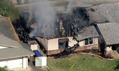 Четыре человека погибли при падении самолёта на жилой дом в США - Фото