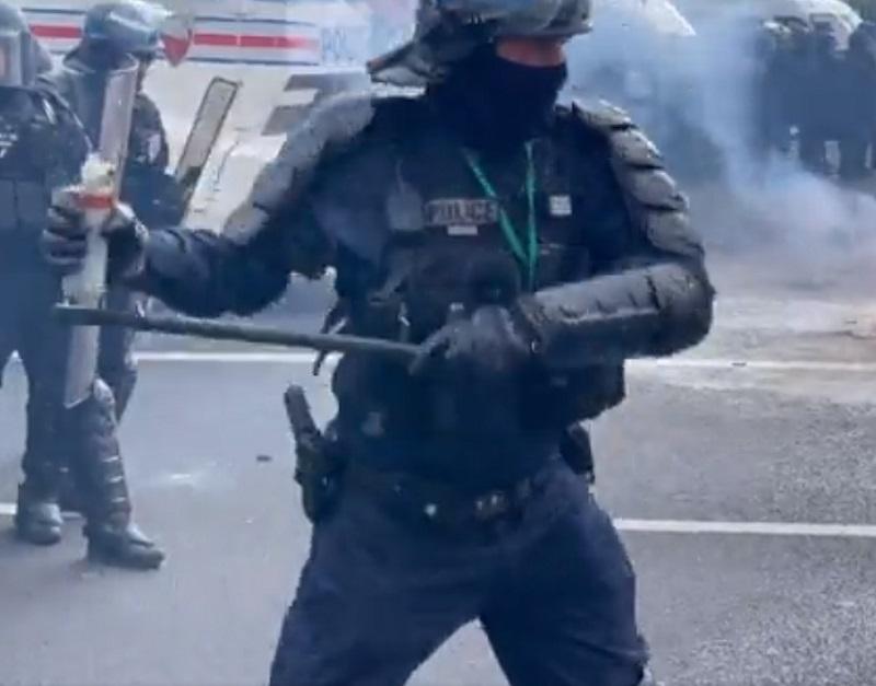 Полиция Парижа применила слезоточивый газ на митинге против санитарных паспортов - Фото
