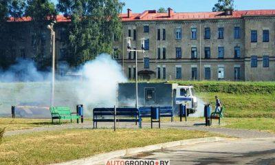 Дымящийся автозак в Гродно - фото