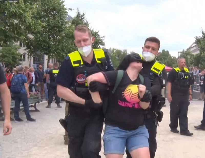 Почти 600 человек задержаны в Берлине во время протестов против COVID-ограничений - Фото