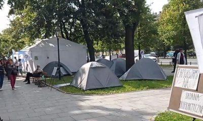 В Польше врачи установили палатки перед зданием правительства - Фото