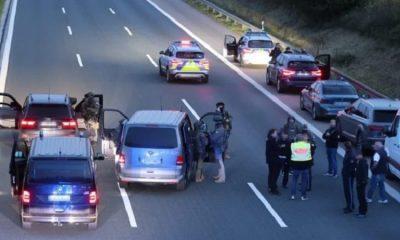 Вооруженный человек взял в заложники трех пассажиров автобуса на юге Германии - Фото
