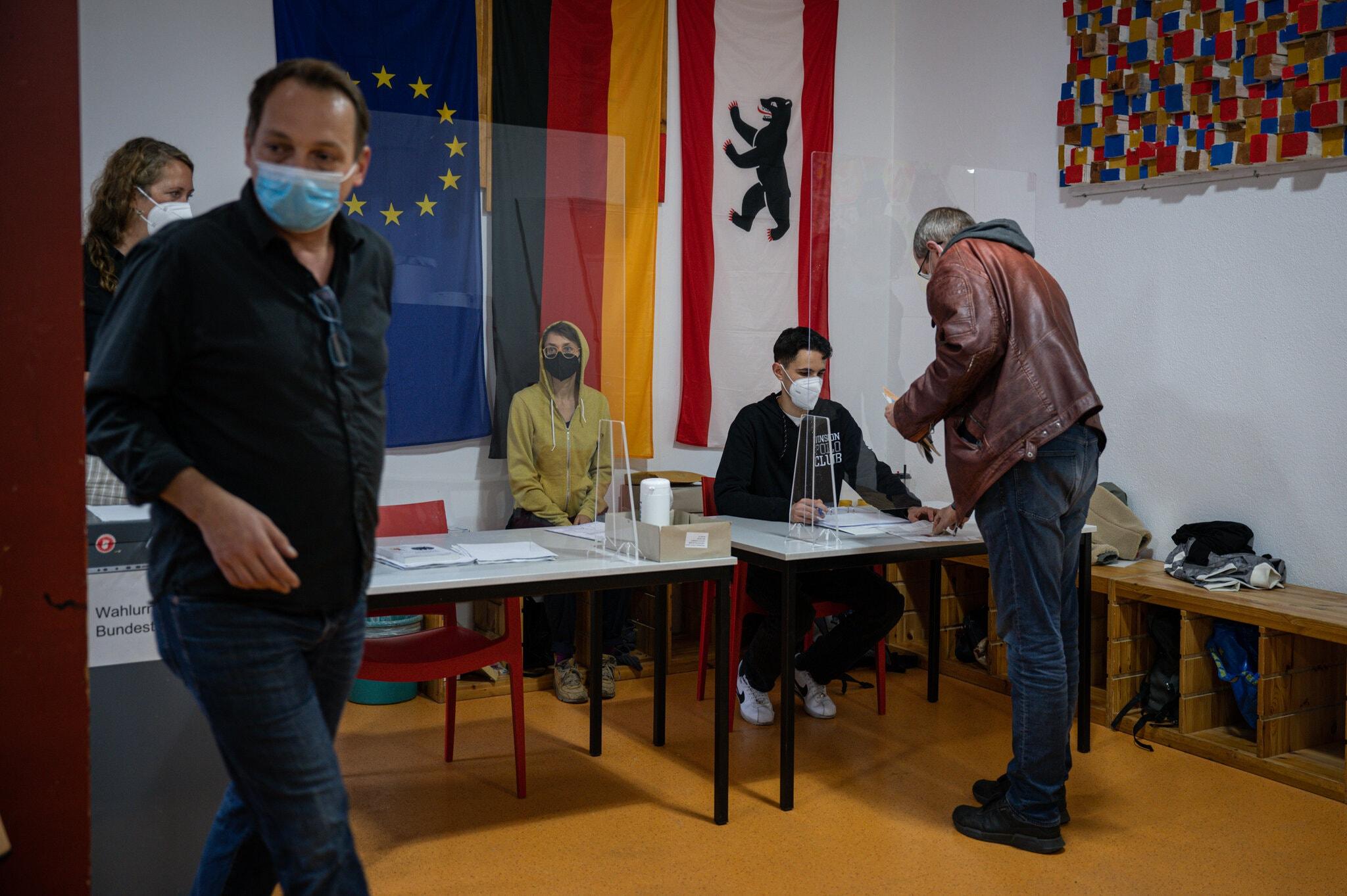 Явка в Берлине на выборах в бундестаг на 13:00 мск составила 27,4% - Фото